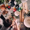 Deux enfants préparent à manger avec l'aide d'une femme.