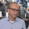 Louis Garneau accorde une entrevue à un journaliste de Radio-Canada.