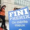 Manifestants et pancartes dénonçant à l'extérieur d'un édifice pour dénoncer les conséquences des ratés du système de paie Phénix.