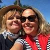 Diane Tell et Célyne Gagnon, au soleil sur le site du Musée d'anthropologie.