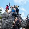Un groupe de personnes en ascension sur la paroi du rocher de la Via Ferrata de Squamish