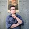 Charles Demers pose devant un mur de béton .