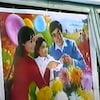 Image de propagande du gouvernement chinois qui fait la promotion de la politique de l'enfant unique.  On voit un couple avec une petite fille entourés de fleurs et de ballons.