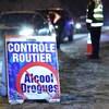 Barrage routier sous la supervision de policiers.