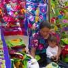 Une femme et une enfant entouré de tissus colorés.
