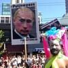 Un participant au défilé de la fierté gaie de Vancouver brandit une pancarte affichant une caricature du président russe, le 4 août 2013.