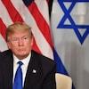 Le président Trump en avant des drapeaux des États-Unis et d'Israël
