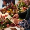 Des personnes partagent un repas de Noël.