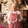 Une femme aînée qui travaille dans un commerce.