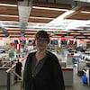 Une femme se tient debout dans une salle de nouvelles