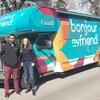 Shaunpal Jandu et Laura Lussier, ambassadeurs de bonjour my friend devant leur autobus