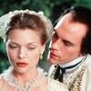 John Malkovich susurre à l'oreille de Michelle Pfeiffer dans Le film <i>Les liaisons dangereuses</i> (1988), de Stephen Frears.