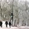 Des militaires marchent dans un paysage urbain bordé de glace en 1998.