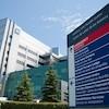 L'hôpital et l'affiche qui présente les différents services.