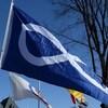 Le drapeau métis flottant au vent.