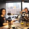 Les deux animateurs en studio lors de l'enregistrement des épisodes de la baladodiffusion.