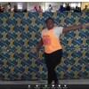 Rosine danse dans l'écran principale et des résidents suivent ses mouvements dans de plus petites vignettes.