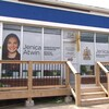 Photo de Jenica Atwin devant son bureau de circonscription.