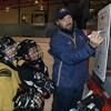 Joé Juneau et des jeunes du Nunavik lors d'un entraînement