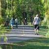 Des personnes se promènent dans un parc.