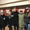 De jeunes hockeyeuses avec la présidente d'honneur du Tournoi Fer-O, Ann-Sophie Bettez.