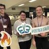 Trois jeunes photographiés avec des pancartes d'engagement
