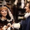 Louise Turcot et Albert Millaire jouent dans une scène au théâtre en 1984.