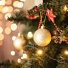 Une boule de Noël dorée se trouve dans un sapin.