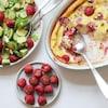 Une salade de concombre, framboises et avocats, des framboises fourrées au chocolat et un clafoutis aux framboises