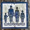 Une affiche d'une plage naturiste avec la silhouette de 4 personnes.