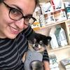 Marie Laporte tenant un chien.