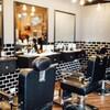 Des chaises vides dans un salon de coiffure.