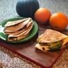 Deux tortillas garnies et pliées.