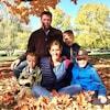 La famille Laflamme-Lacroix à l'automne 2019, entourée de feuilles mortes dans un paysage d'automne.