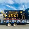 L'estrade mobile est décorée d'un podium, de ballons gonflables et des photos des diplômés.