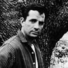 Jack Kerouac pose le regard fixe vers la caméra
