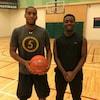 Georges Serresse et Cheik Sangaré dans un gymnase. Georges tient un basketball.