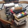 Une grande pile de vieilles cassettes VHS sur une table de cuisine