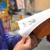 Une enfant en pleine lecture dans un Salon du livre