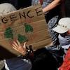 Des personnes manifestent pour exiger des actions de la part des décideurs par rapport à l'urgence climatique.