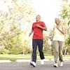 Deux personnes font de la marche rapide.