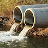 Des eaux usées sont rejetées dans un cours d'eau.