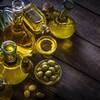 Des bouteilles d'huile d'olive disposées sur une table.