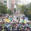 Des manifestants marchent pour le climat.
