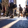 De nombreuses personnes marchent dans la rue d'une ville.