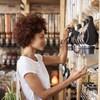 Une femme achète des céréales en vrac dans un commerce.