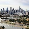 La ville de Melbourne en arrière-plan et le circuit de F1 dans Albert Park