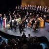 Le public ovationne les solistes, les musiciens et le choeur sur la scène.