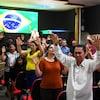 Les membres d'une église évangélique prient pour le rétablissement de Jair Bolsonaro après l'attentat dont il a été victime au cours de la campagne électorale de 2018.