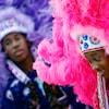 Deux jeunes personnes de race noire portant des coiffes aux couleurs vives, inspirées de celles des peuples des Premières Nations.